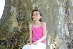 Маленькая девочка в парке стоковые изображения
