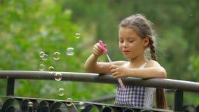 Маленькая девочка в парке сток-видео