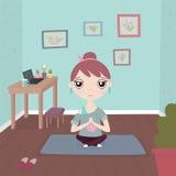 Маленькая девочка в представлении йоги на циновку в голубой футболке с изображением лотоса в гетры Стоковые Изображения