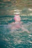 Маленькая девочка в плавательном бассеине Стоковое Изображение