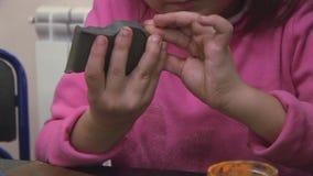Маленькая девочка в розовом пуловере ваяет диаграмму от глины на таблице празднество творение Ручной работы видеоматериал