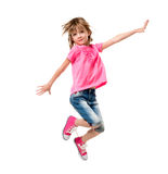 Маленькая девочка в розовый скакать изолированная на белой предпосылке стоковые фото