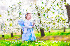 Маленькая девочка в саде яблока Стоковая Фотография