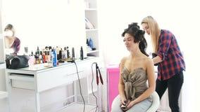 Маленькая девочка в салоне красоты делает стиль причёсок видеоматериал