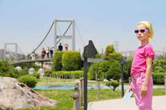 Маленькая девочка в солнечных очках смотрит расстояние в музее Miniaturk Стоковое Изображение RF