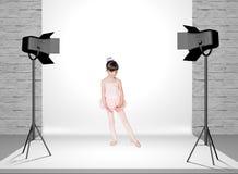 Маленькая девочка в студии фото Стоковые Изображения RF