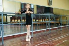 Маленькая девочка в танц-классе Стоковые Изображения RF