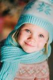 Маленькая девочка в теплых связанных шляпе и шарфе стоковые фото