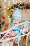 Маленькая девочка в теплых связанных шляпе, mittens и шарфе стоковая фотография rf