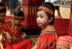 Маленькая девочка в традиционных одеждах на похоронной церемонии Tana Toraja Стоковые Изображения