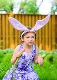 Маленькая девочка в ушах зайчика в саде Стоковые Фотографии RF