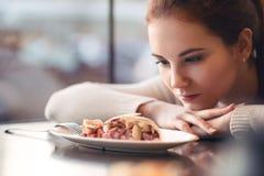 Маленькая девочка в уютном кафе Стоковые Изображения