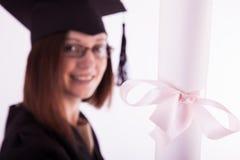 Маленькая девочка в хламиде студента с дипломом Стоковая Фотография