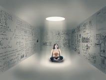 Маленькая девочка в центре комнаты Стоковые Изображения