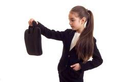 Маленькая девочка в черной куртке держа дипломата Стоковая Фотография RF