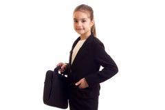 Маленькая девочка в черной куртке держа дипломата Стоковое фото RF