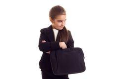 Маленькая девочка в черной куртке держа дипломата Стоковое Фото