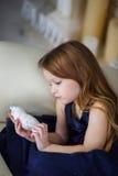 Маленькая девочка в элегантном платье сидя на стуле стоковое изображение rf