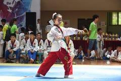 Маленькая девочка в competiton Тхэквондо Стоковое Изображение