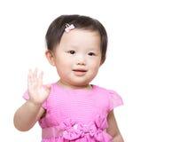 Маленькая девочка говорит высокую Стоковая Фотография