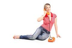 Маленькая девочка говоря на винтажном телефоне стоковые фотографии rf