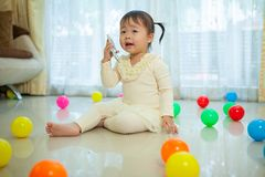Маленькая девочка говоря на мобильном телефоне Стоковые Фото
