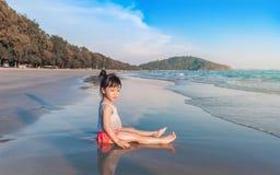 Маленькая девочка 2-3 года игр на пляже в заходе солнца Стоковое Фото