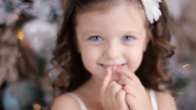 Маленькая девочка 3 года старого в белый усмехаться платья видеоматериал