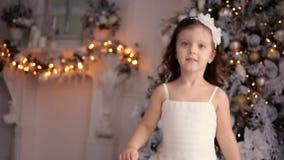 Маленькая девочка 3 года старого в белых танцах платья сток-видео