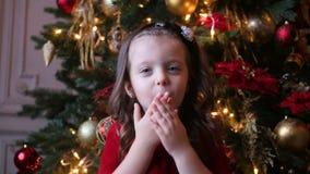 Маленькая девочка 3 года старого в красный усмехаться платья сток-видео