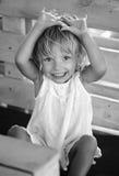 Маленькая девочка 2 года старый играть, смеясь над Стоковые Изображения RF