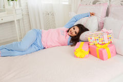 Маленькая девочка лежа на кровати Стоковое Изображение