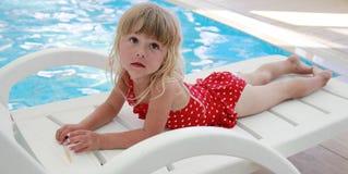Маленькая девочка лежа около бассейна Стоковая Фотография RF