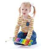 Маленькая девочка держащ детей музыкальных Стоковое Фото