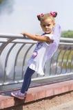 Маленькая девочка держа дальше к перилам Стоковое фото RF