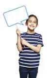 Маленькая девочка держа усмехаться знака пузыря речи Стоковые Изображения RF