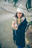 Маленькая девочка держа зонтик в дождливом дне осени Стоковые Изображения
