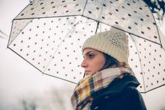 Маленькая девочка держа зонтик в дождливом дне осени Стоковая Фотография