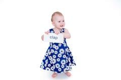 Маленькая девочка держа карточку Стоковое фото RF