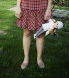 Маленькая девочка держа куклу Выходить детство Стоковые Фотографии RF