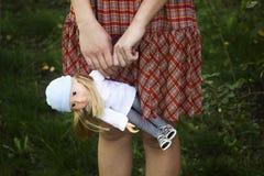 Маленькая девочка держа куклу Стоковые Изображения