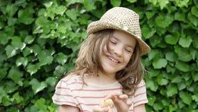 Маленькая девочка держа милого желтого цыпленка видеоматериал