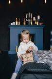 Маленькая девочка держа подарочную коробку рождества Стоковое Изображение