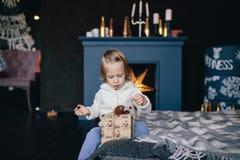 Маленькая девочка держа подарочную коробку рождества Стоковые Изображения RF