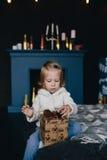 Маленькая девочка держа подарочную коробку рождества Стоковые Фотографии RF