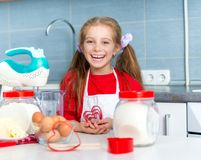 Маленькая девочка держа резец печенья Стоковые Фото