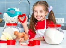 Маленькая девочка держа резец печенья Стоковая Фотография RF