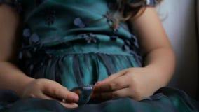 Маленькая девочка держа стеклянный камень акции видеоматериалы