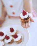 Маленькая девочка держа торт чашки стоковые фотографии rf