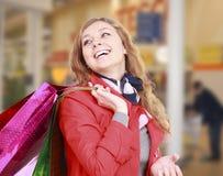 Красивейшая женщина с хозяйственные сумки. Стоковая Фотография RF